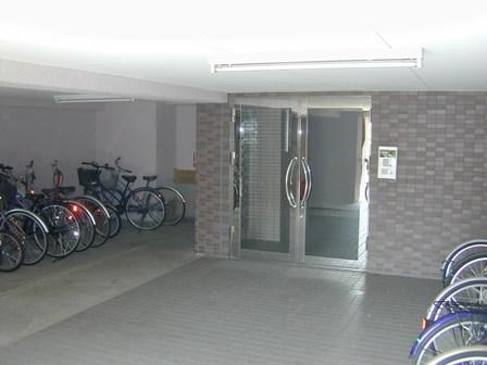 メゾン玄関と駐輪場1