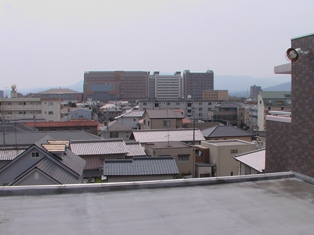マンション屋上から徳島文理大学を望む
